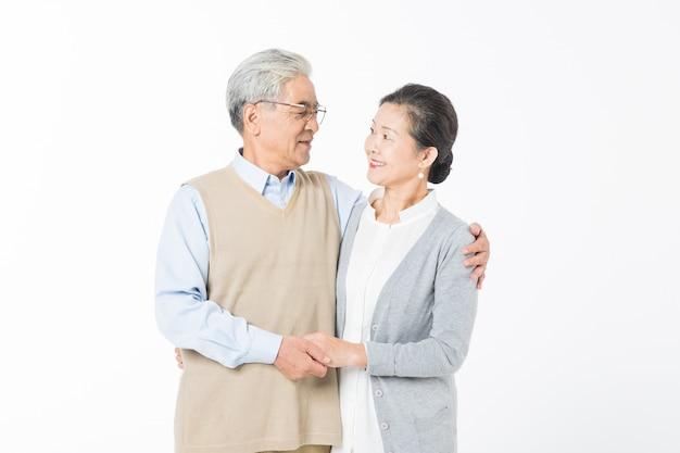 Kochająca starsza para na białym tle