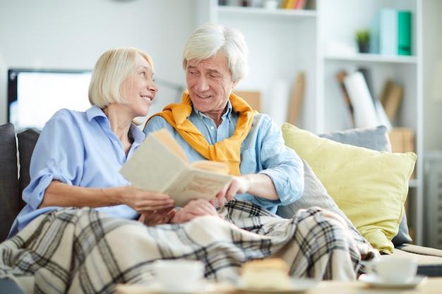 Kochająca starsza para w domu