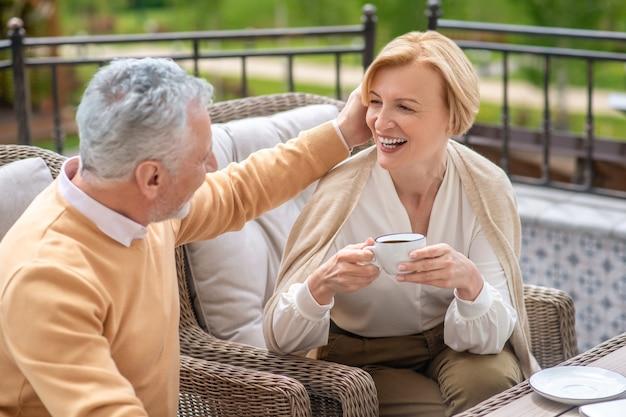 Kochający mąż głaszczący blond włosy swojej żony