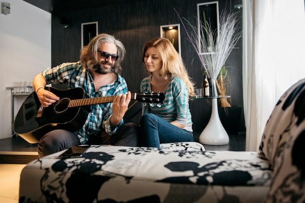 Kochający mężczyzna gra na gitarze dla swojej kobiety
