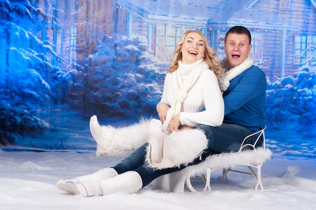 Kochający mężczyzna i kobieta razem świętują boże narodzenie