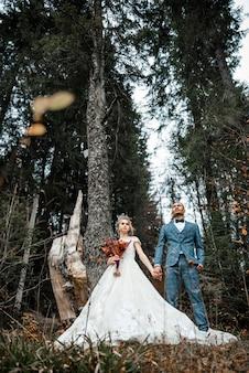 Kochający mężczyzna i kobieta w dniu ślubu.