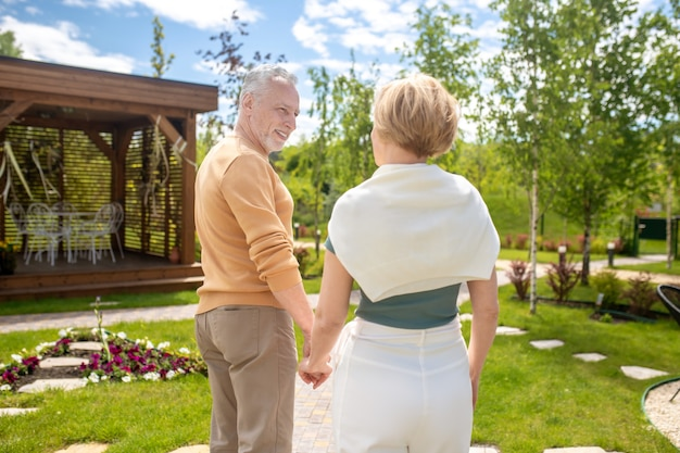 Kochający mężczyzna patrzący na swoją żonę podczas spaceru