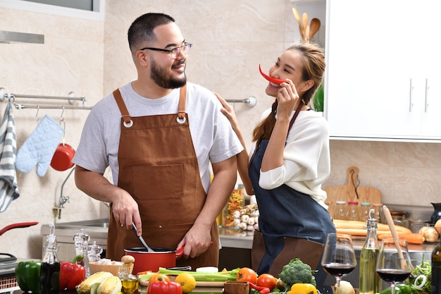 Kochający młoda para azjatyckich gotowanie w kuchni dokonywanie zdrowej żywności razem zabawa