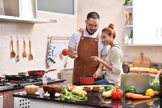 Kochający młoda para azjatyckich gotowanie w kuchni, razem, zdrowe jedzenie, zabawa
