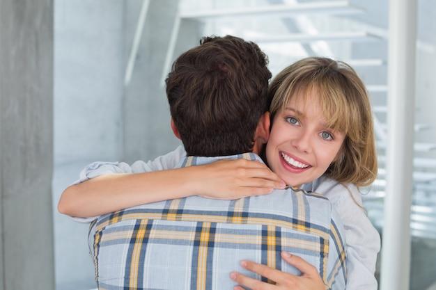 Kochający młodej kobiety obejmowania mężczyzna