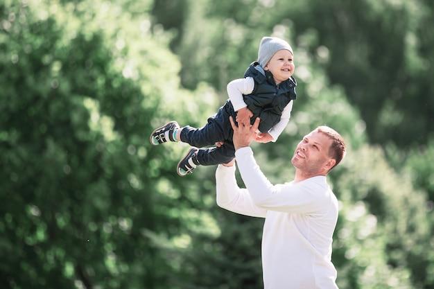 Kochający ojciec i syn na spacerze w wiosennym parku