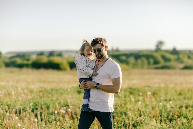Kochający ojciec trzyma małą córeczkę na zewnątrz.