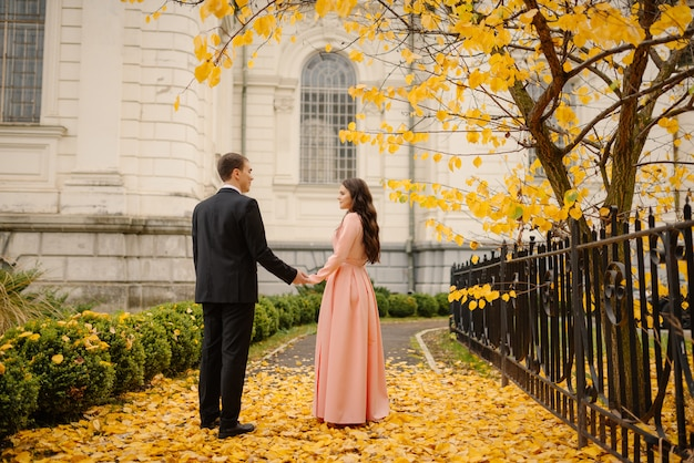 Kochający pan młody i panna młoda w sukni ślubnej
