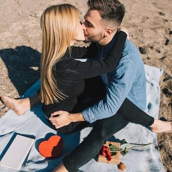 Kochający potomstwa dobierają się całować żarliwie na plaży
