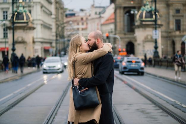 Kochający potomstwa dobierają się całowanie na ulicach praga, republika czech