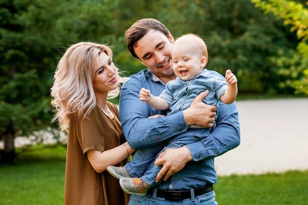 Kochający rodzice przytulają dziecko