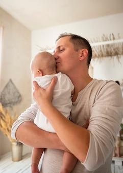 Kochający tata z noworodkiem w domu