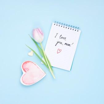 Kocham cię mamo napis na notatniku z kwiatem tulipana