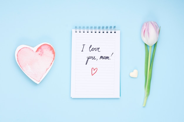 Kocham cię mamo napis na notatniku z tulipanem