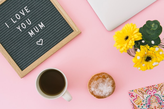 Kocham cię, mamo, napis z kwiatami i herbatą