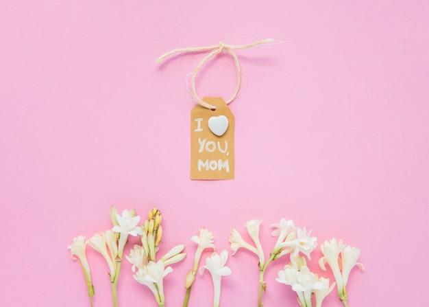 Kocham cię mamo napis z kwiatami