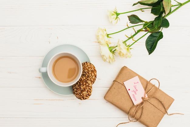 Kocham cię, mamo, napis z prezentem i kawą