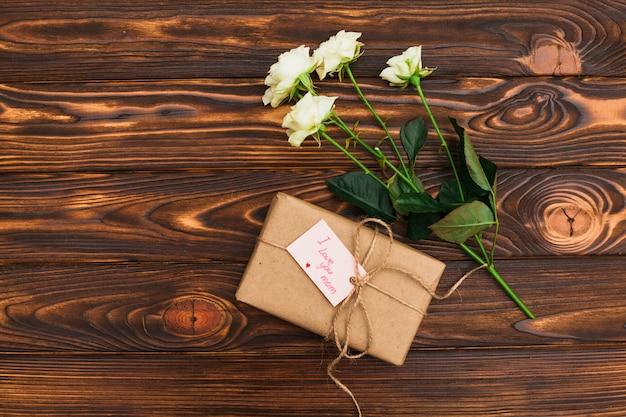 Kocham cię, mamo, napis z prezentem i różami
