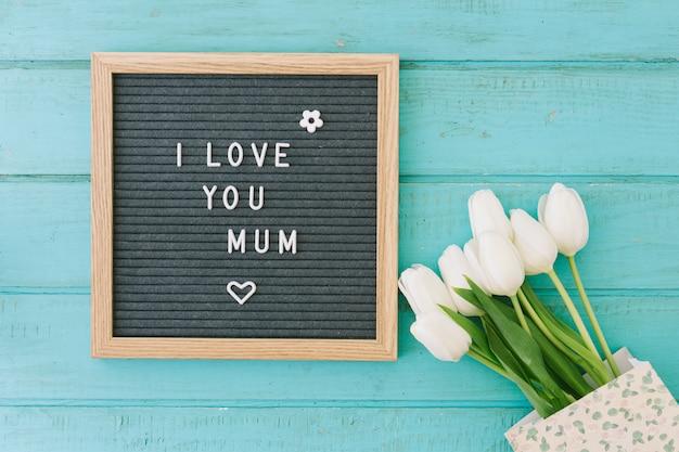 Kocham cię, mamo, napis z tulipanami