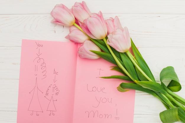 Kocham cię mamo zdjęcie i kwiaty na drewnianym stole