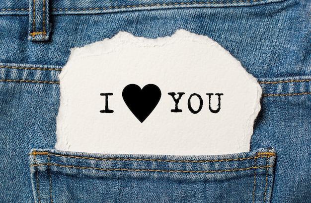 Kocham cię na tle rozdartego papieru na dżinsy koncepcja miłości i valentine