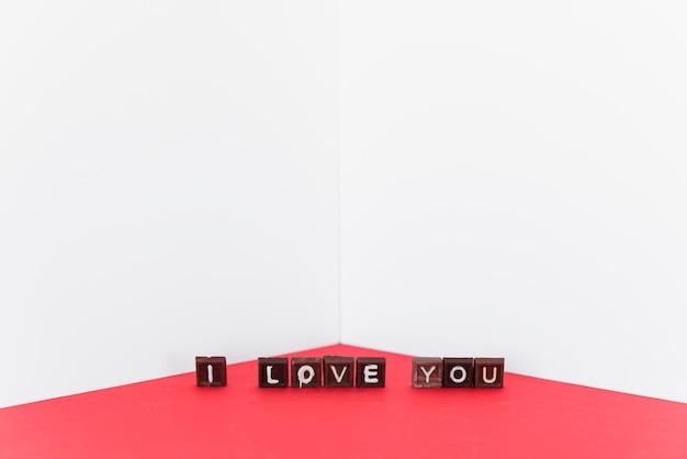 Kocham cię napis na czekoladowych słodyczach