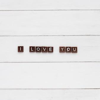Kocham cię napis na kawałkach czekolady