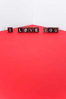 Kocham cię napis na małych czekoladowych słodyczach