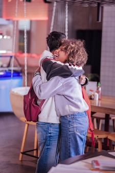 Kocham cię. radosna brunetka kobieta trzyma uśmiech na twarzy, stojąc blisko swojego partnera