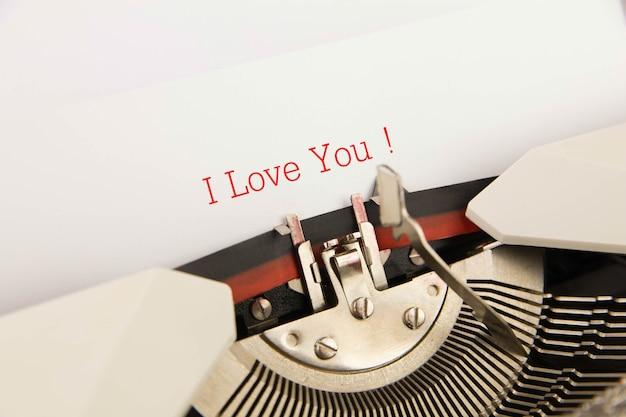 Kocham cię wydrukowane na czystej kartce do maszyny do pisania
