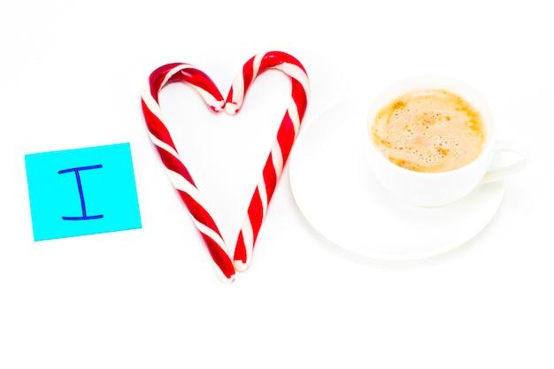 Kocham kawę, karteczkę z filiżanką kawy na białym tle.