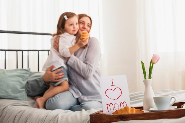 Kocham napis mama w pobliżu przytulania matki i córki