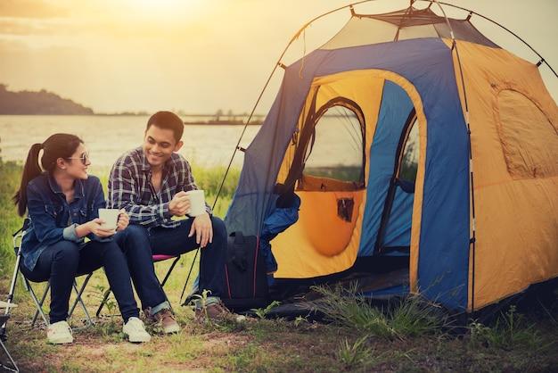Kocham podróże para i kemping w parku przyrody. rekreacja i podróże na świeżym powietrzu. namiot turystyczny w lesie.