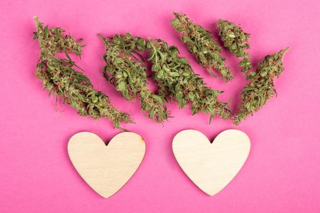 Kocham serce i pąki konopi na różowym tle symbol miłości na walentynki