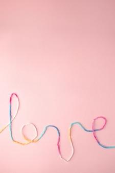 Kocham słowo napisane z napisem nici wełniane, koncepcja i tło na walentynki