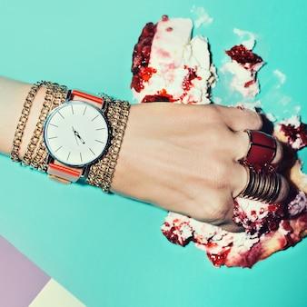 Kocham śmieci. miłość zmiażdżyć miłość czerwona. stylowy zegarek. trend sezonu.