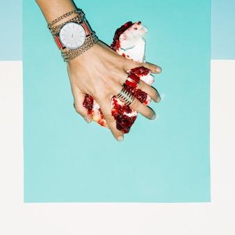 Kocham śmieci. miłość zmiażdżyć stylową biżuterię. czerwony damski zegarek.