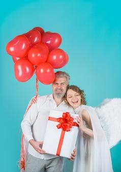 Kocham walentynki para anioł kobieta z balonami amorek w walentynki para amorków