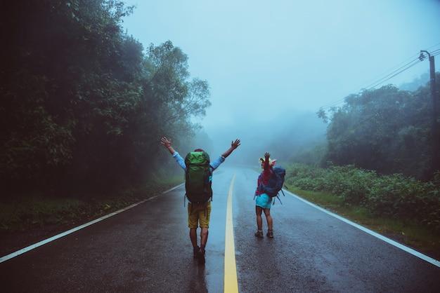 Kochanka azjatykci mężczyzna i azjatykcie kobiety podróżujemy naturę.
