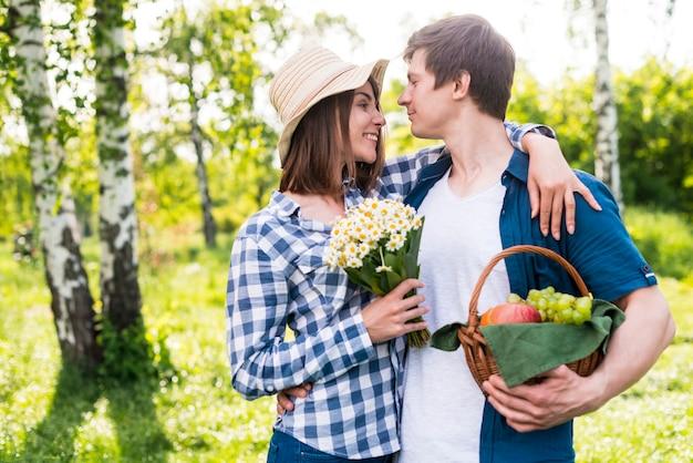 Kochankowie cieszący się sobą w parku