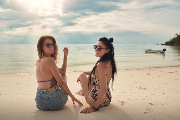 Kochankowie młoda para dziewczyn. na plaży . pojęcie lgbt