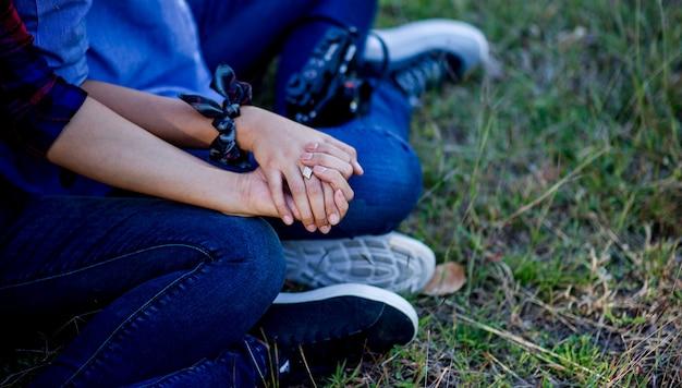 Kochankowie trzymający się za ręce dwoje kochanków trzymających się za ręce, aby dać sobie ciepłą miłość w dniu miłości dzień rodziny