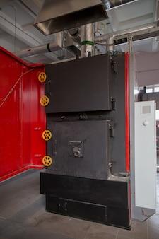 Kocioł do ogrzewania pomieszczeń zakładu przetwarzania odpadów. kocioł pracuje na odpadach palnych.
