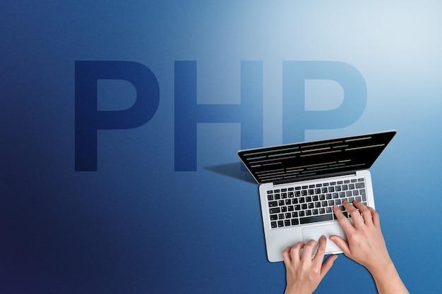 Kod języka programowania php z osobą i laptopem.