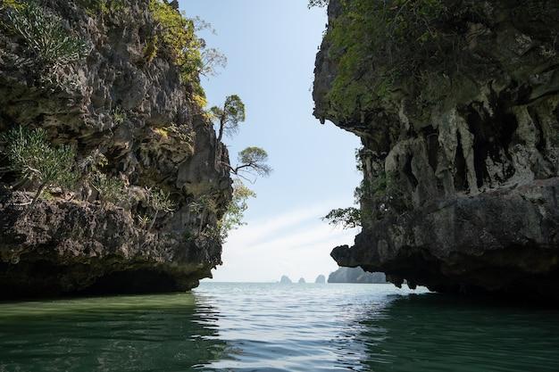 Koh hong, jaskinia tham lot na wyspie hong w zatoce phang-nga w tajlandii.