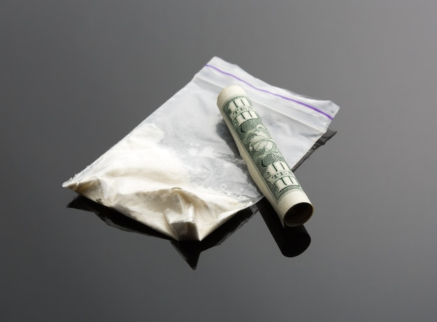 Kokaina w opakowaniu i jeden dolar