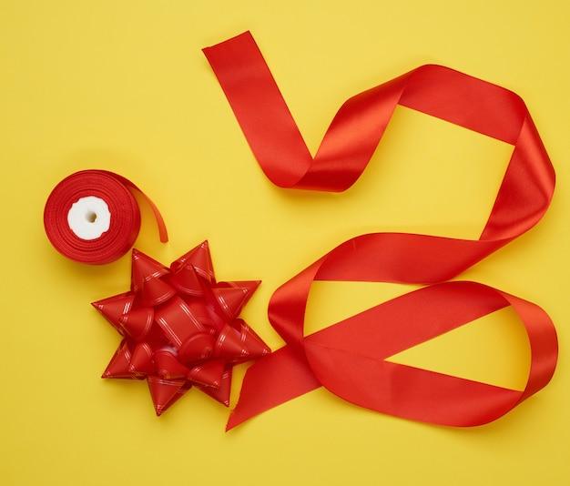 Kokarda i skręcona jedwabna czerwona wstążka na żółto