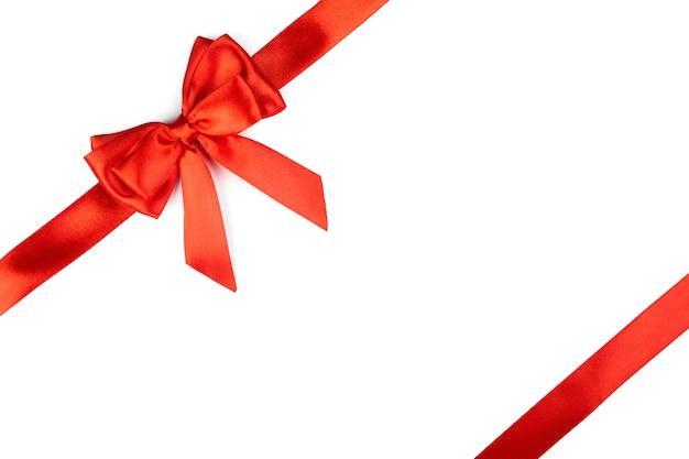 Kokarda z czerwoną wstążką na białym tle