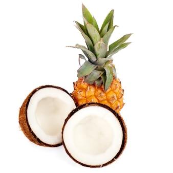 Kokos i ananas na białym tle